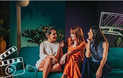 imagem mulheres sorrindo sentadas no sofá